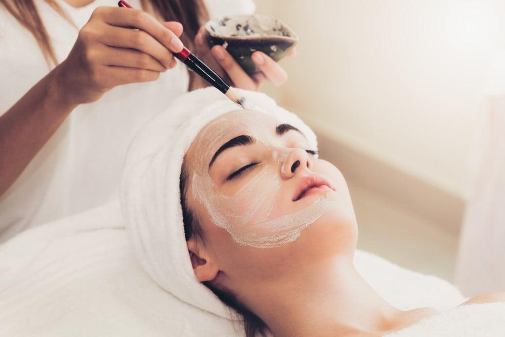 Ung kvinde der får en ansigtsbehandling